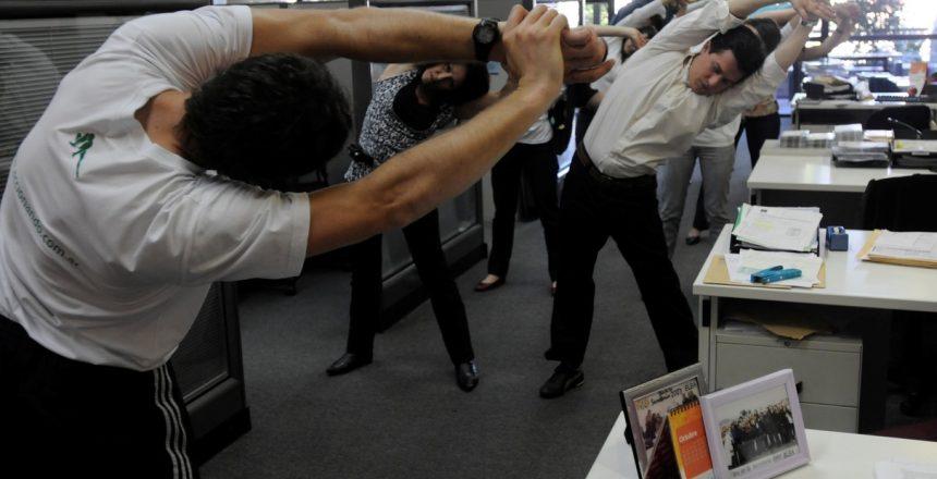 Gimnasia laboral: la tendencia de ejercitar en el trabajo